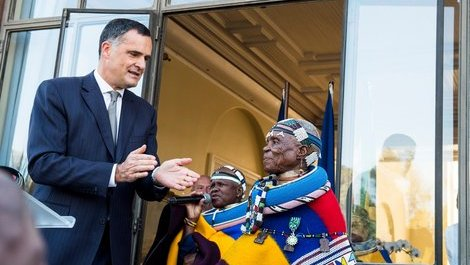 Bastille Day : Dr. Esther Mahlangu receives France's top cultural (...)